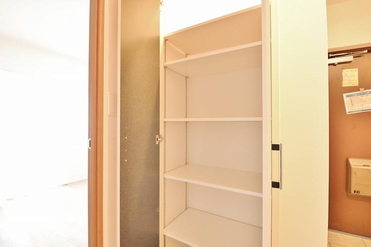 「廊下収納」廊下も明るい印象が大切です。居住空間を最大限確保するには、十分な収納が不可欠です。各居室収納は勿論のこと、スペースを有効活用し、廊下にも収納を設けております。