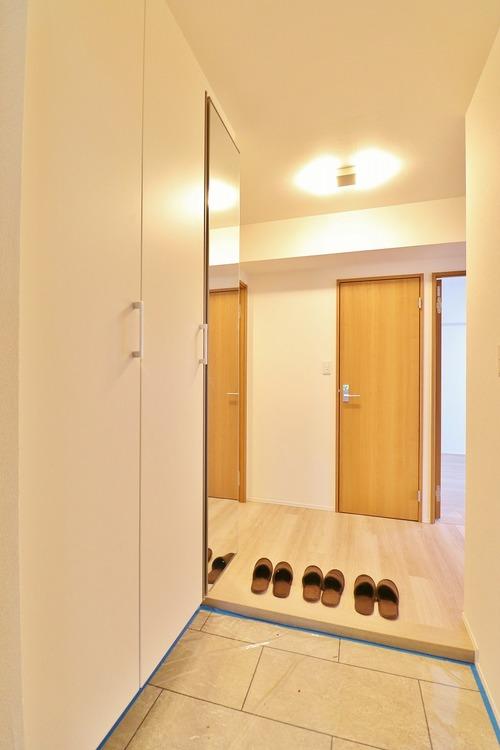 「玄関」明るく広々とした玄関は開放感があり温かみを感じさせてくれます。シューズボックスも備えつけられていて靴はもちろん掃除道具なども収可能です。