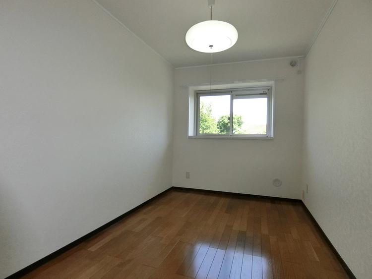 約4.8帖の洋室はお子様のお部屋にもいかかでしょうか。