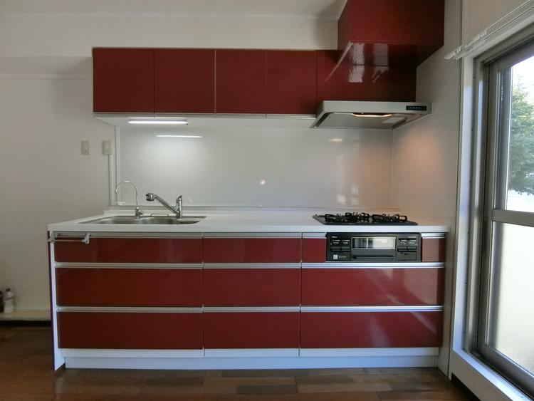 収納豊富で使いやすいシステムキッチン、毎日のお料理も楽しくできますね。
