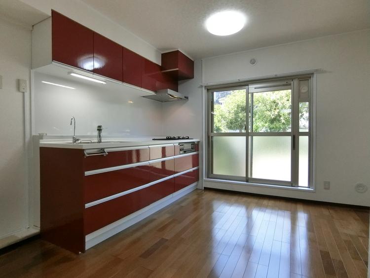 約7帖のダイニングキッチンは大きな窓があり、優しい光が差し込みます。