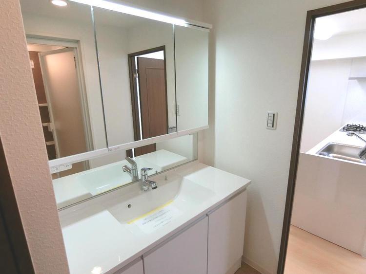 洗面台は嬉しい三面鏡で、身だしなみチェックに役立ちます。