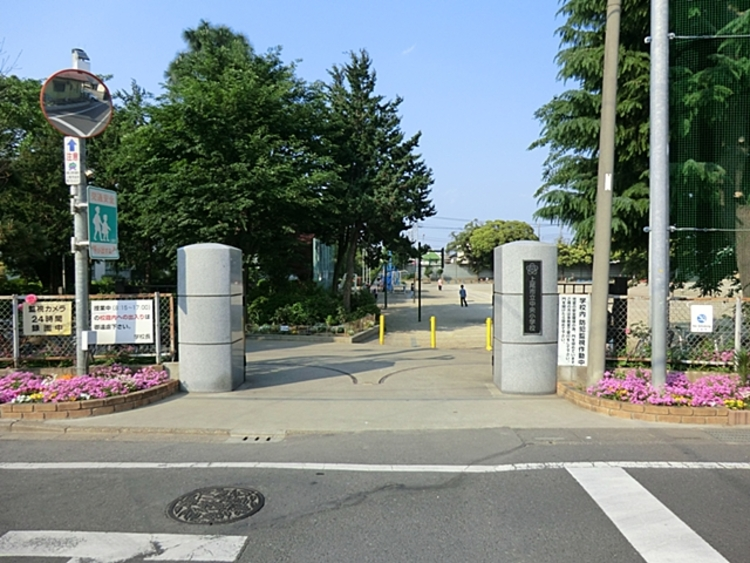 中央小学校 徒歩8分(約620m)