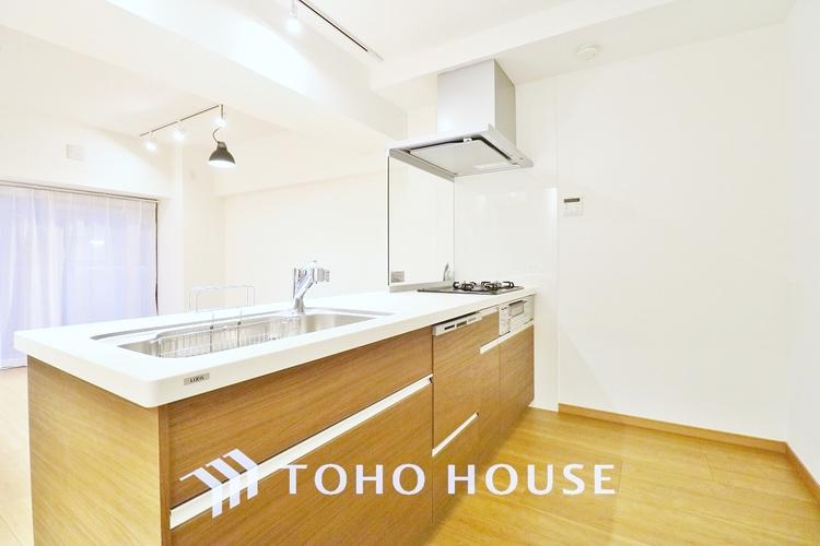 「設備充実・キッチン」料理が効率的に捗る「3口コンロ」、家事時短に最適な「食洗器」、お手入れのしやすい「レンジフード」を完備したキッチンです。