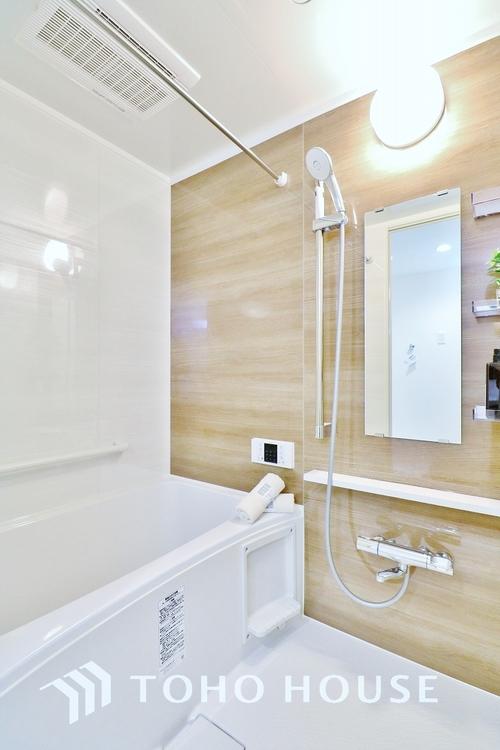 「浴室」白を基調としたシンプルながらも清潔感の溢れる浴室には追い炊き機能・浴室乾燥機付き。もちろん小さなお子様と入っても広々使えて癒しのバスタイムになりますよ。