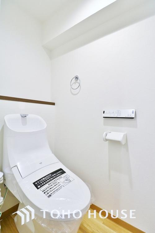 「トイレ」水周りはシンプルに清潔感のあるホワイトで統一。万能棚がついて実用性も兼ね備えた造り。いつも清潔な空間であって頂けるよう配慮しました。