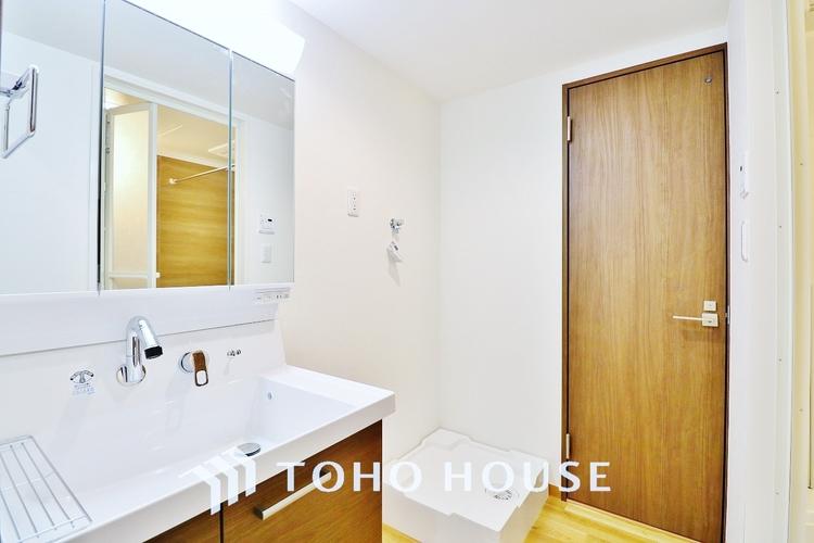「洗面所」収納力と機能性に優れたお手入れラクラク洗面化粧台。大きな鏡で毎日の身支度もスムーズになります。