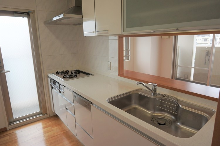 勝手口のある、明るいキッチンです。食器洗い洗浄機も付いています。