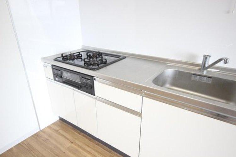 明るい自然光が入る作業スペースを多くとった壁付けキッチン採用。キッチンに立っても調理がしやすく、家事をしながら会話も弾みます。食器類もすっきりと片付く収納力。