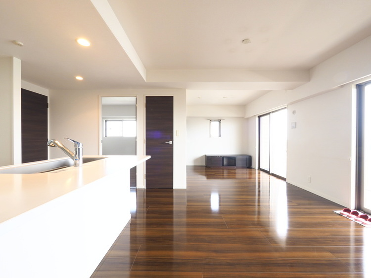 贅沢といえるほどの豊かな居住性と、プライドを満たすクオリティが見事に調和した住空間。エントランスも広く設け、訪れる人々を暖かく迎えてくれます。気密性に富んだ上質な時を刻みます。
