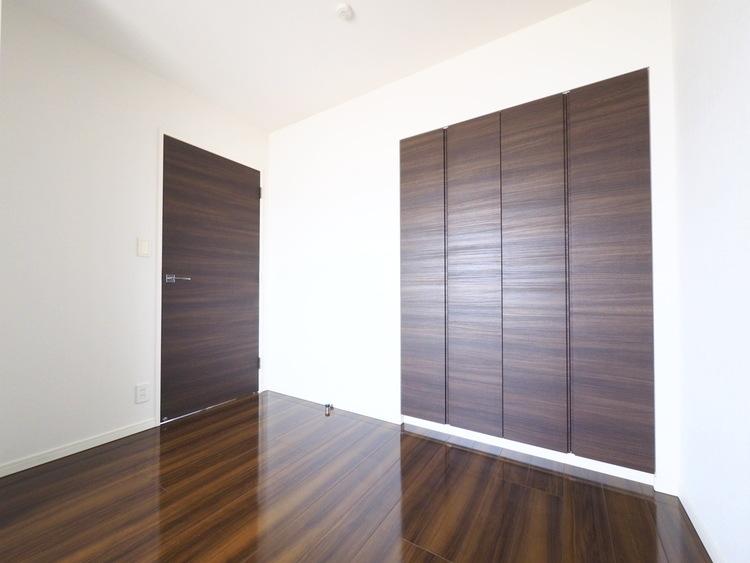 『すっきりとした空間を・・・』居室に大きなクローゼットを設けることにより、有効的な室内を造り上げております。