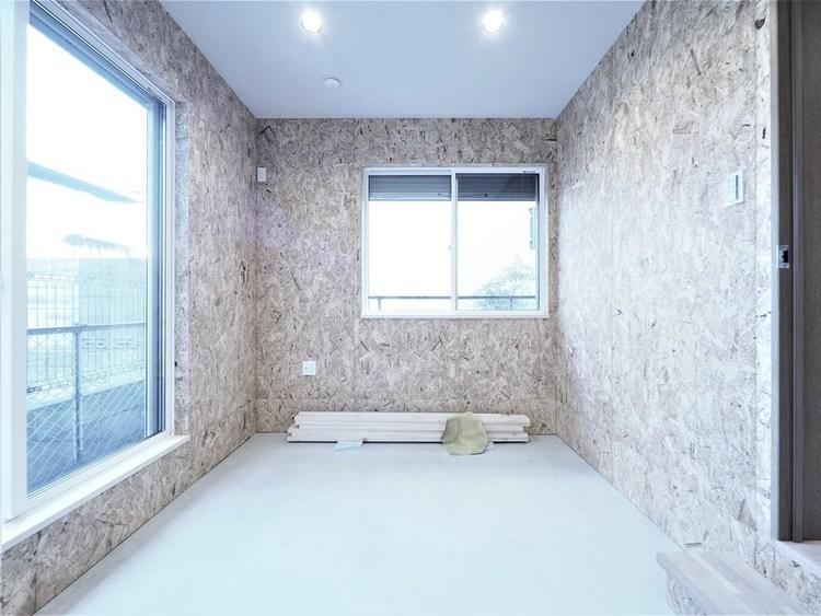 1階には土間のままの居室が一部屋。趣味の部屋として使うのもいいですね。