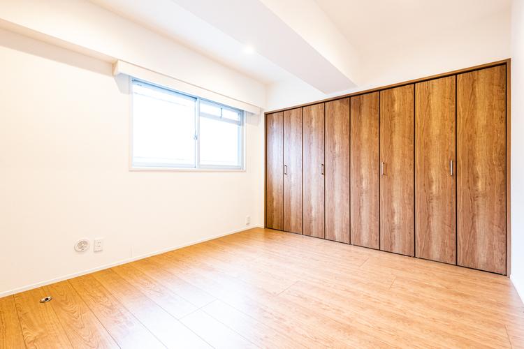 約6帖の洋室です。壁一面が収納になっていて収納豊富なお部屋です。