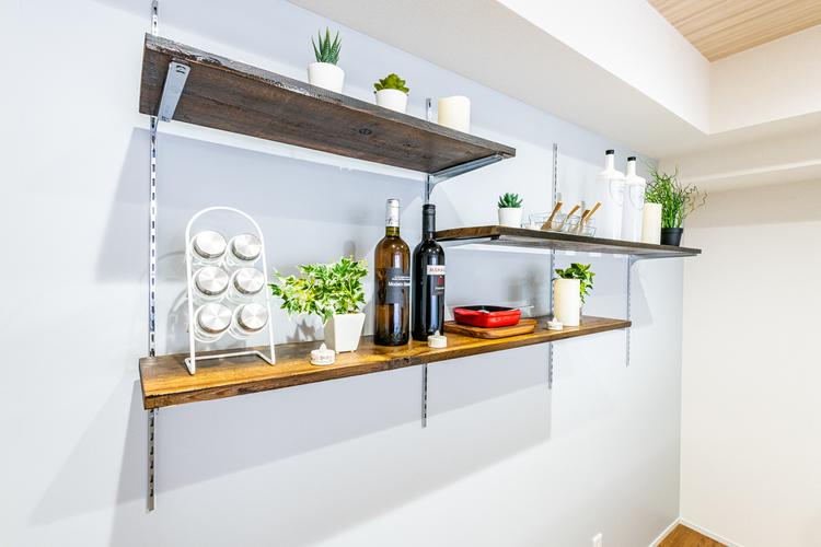 キッチン背面には飾り棚が装備されております。