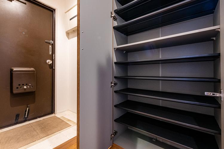 玄関の収納でございます。たっぷり入りスッキリと玄関が片付きそうですね。