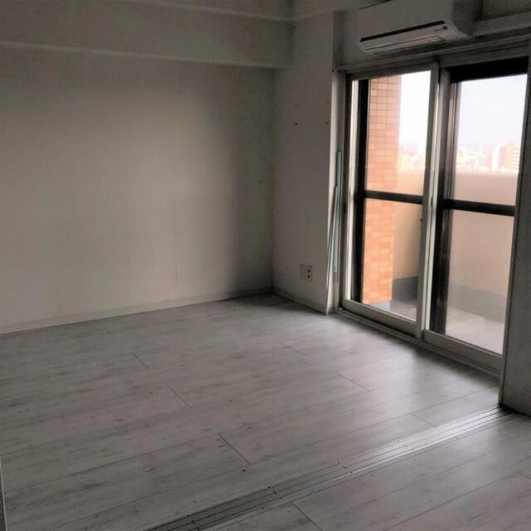 ◇洋室約5.8帖 南向きのバルコニーに面した洋室です。