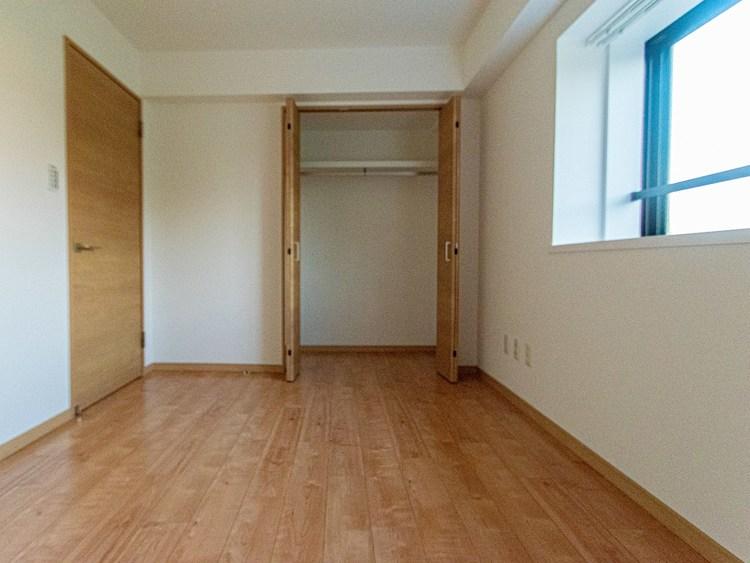 二面採光のお部屋です。木目調のフローリングがリアル感を出し落ち着いたプライベートのお部屋にしてくれます。