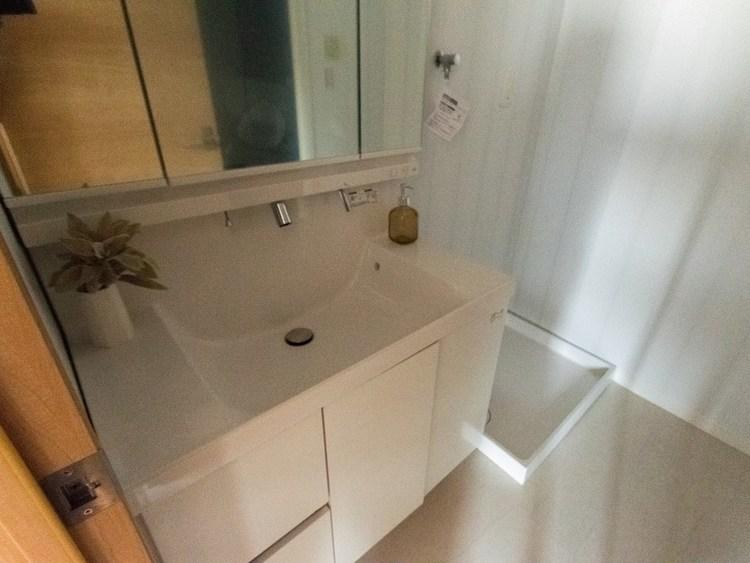 広々としたシンクが特徴の洗面台です。鏡の後ろに洗面用具を収納できるので常に整頓された環境が保てますね。