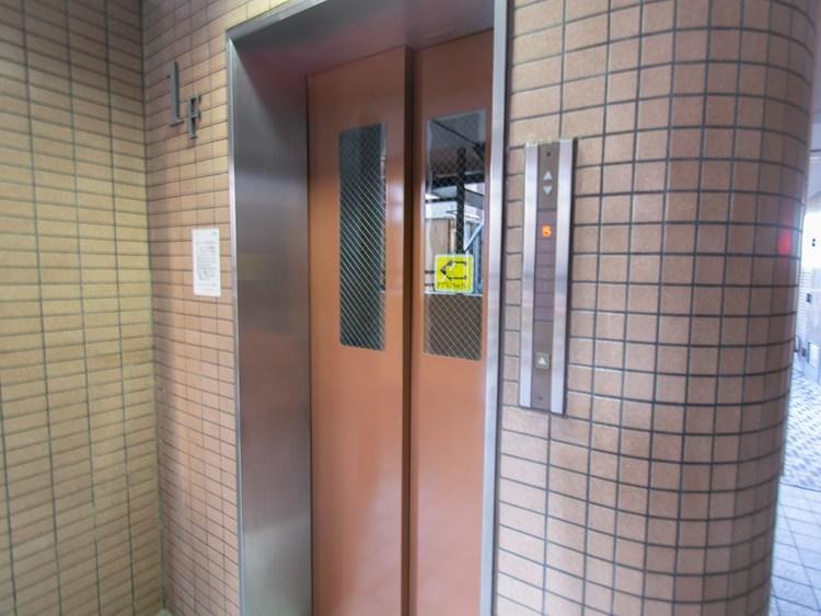 マンションにエレベーターは重宝ですね。近くに西友もあり、緑溢れる住環境で便利で安心なマンションです。