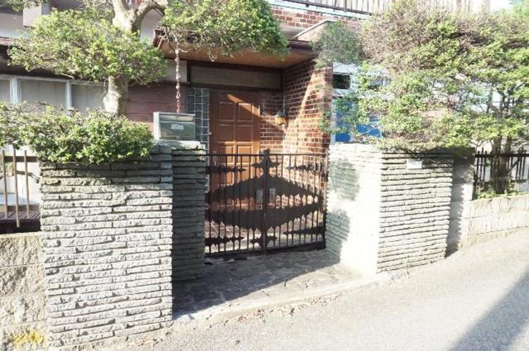 入り口には門扉がございます。