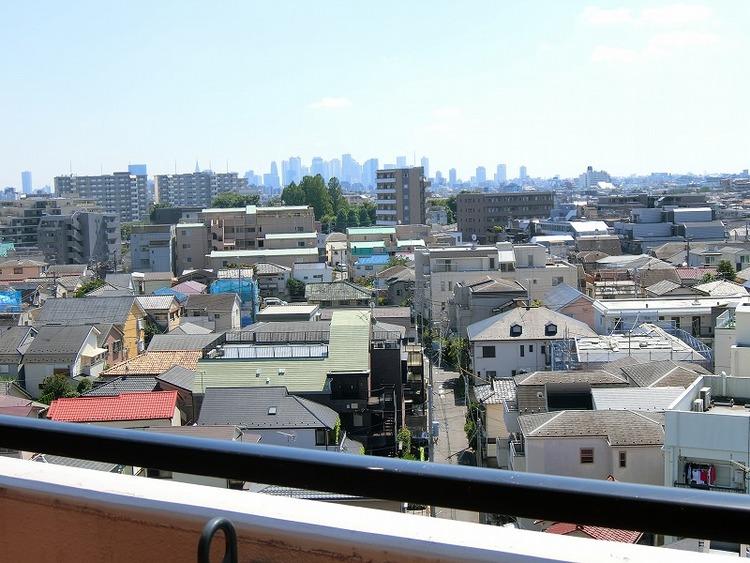 バルコニーからの眺望(新宿のビル群を望む)