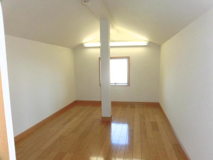 小屋裏収納がございます。季節ものなどの収納に便利です。