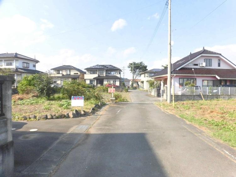 東側の前面道路です。