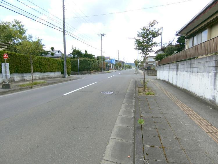 前面道路は幅員約8mございます。