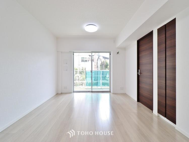 穏やかな光が明るくリビングルームを包みます。心地よい空間が、ご家族のかけがえのない時間に優しく寄り添います。