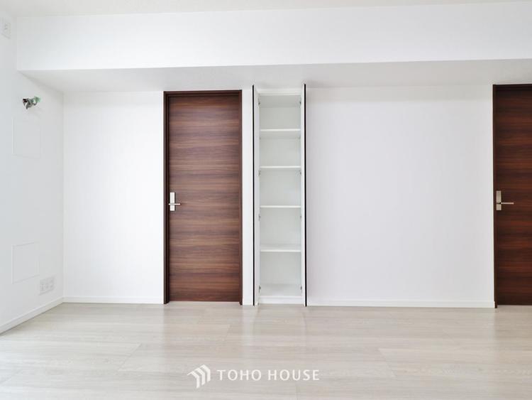 「明るい居室」温もりある自然光を感じていただける居室です。飽きのこないナチュラルカラーの床にホワイトの壁紙は、色褪せることのない心地良さを作ります。