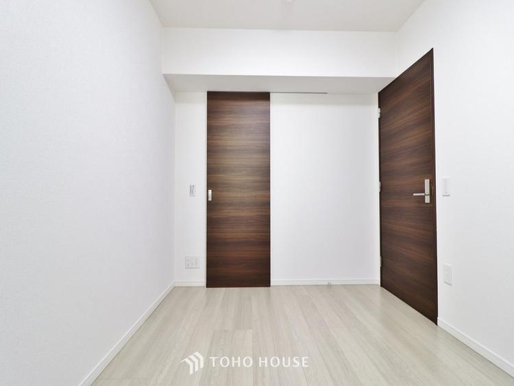 ホワイトの壁紙に柔らかな印象のメープルのフローリング。明るくナチュラルな心地の良い空間となっております。
