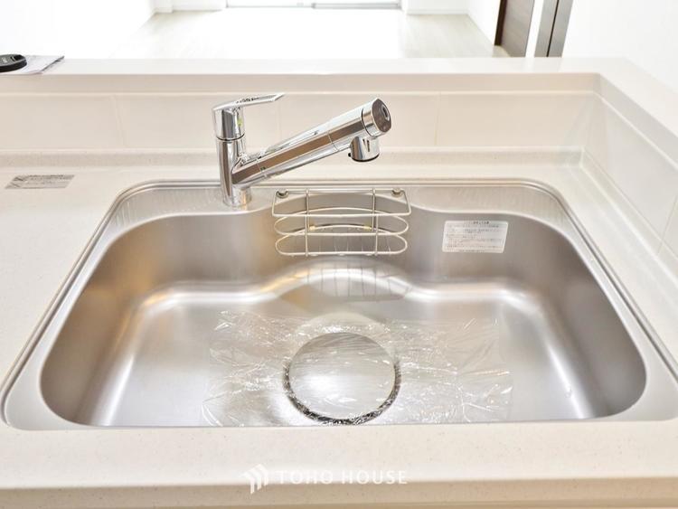 ボタンひとつで浄水と原水に切り替えられる浄水器一体型水洗を使用。お米を炊いたりする際には浄水機能をつかうこともできて、人気の商品です。
