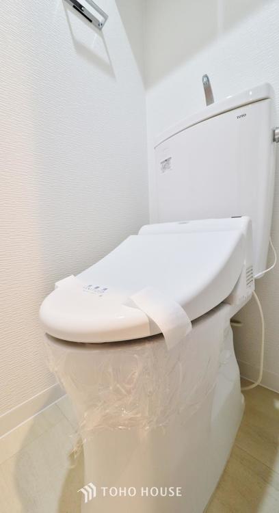 トイレは快適な温水洗浄便座付です。手洗い一体型のトイレ設備はスペースの節約ができ、ゆったりとした空間が確保できます。節水も期待できますね。