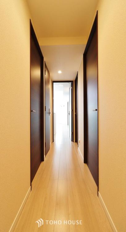 玄関から居室へと続く廊下。閉塞感を感じない清潔な雰囲気が魅力です。