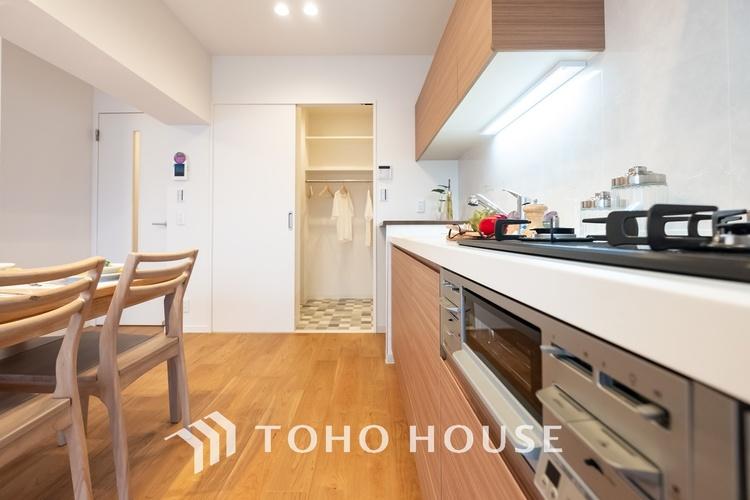 〜キッチン〜 リビングのスペースを広く取れる壁付けキッチン。家事の動線を考えるとキッチンの後ろにすぐダイニングテーブルを配置することができて便利ですね。