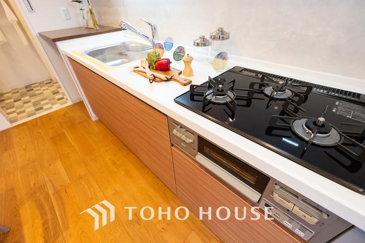 〜リフォーム済・キッチン〜 料理効率を上げる3口コンロ、浄水器、奥まで使い易い収納を完備したシステムキッチンにリフォーム済みです。