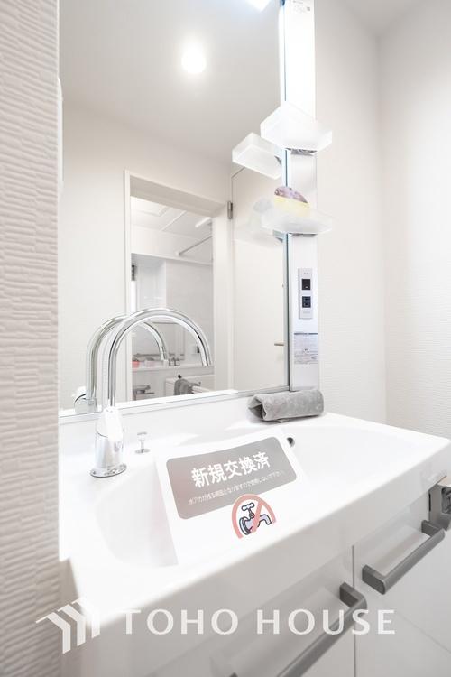 〜リフォーム済・洗面台〜 洗面台もリフォーム済みです。ワイドな鏡と収納を完備した、使いやすい仕様に生まれ変わりました。