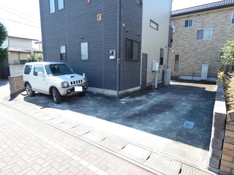 駐車スペースにはお車3台駐車可能です。