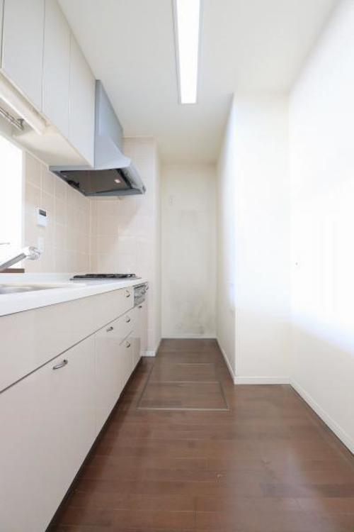 冷蔵庫、棚を置いても十分にスペースの取れる3.3帖のキッチンです♪