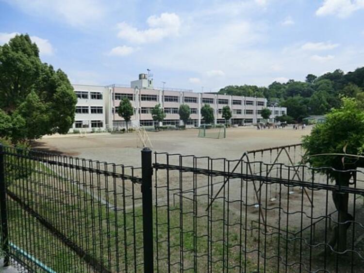 連光寺小学校 1140m