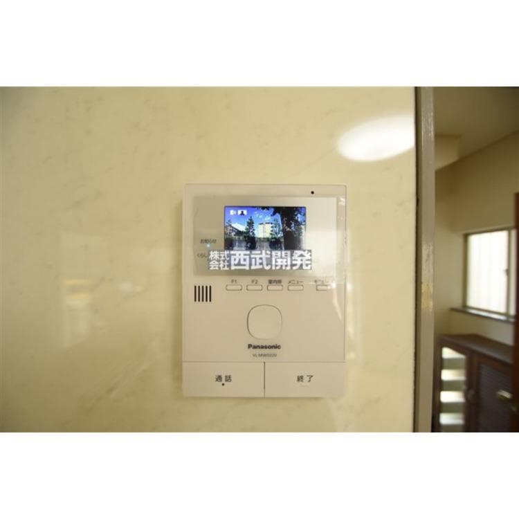 カラーモニター付きのインターフォンです。ボタンを押すだけで玄関のカギを開けずに会話ができるので安心ですね!
