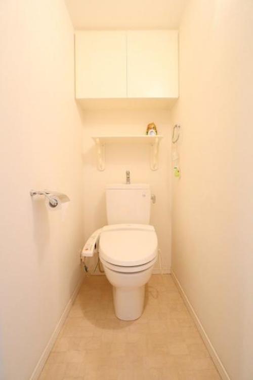 収納棚も付いたトイレです♪