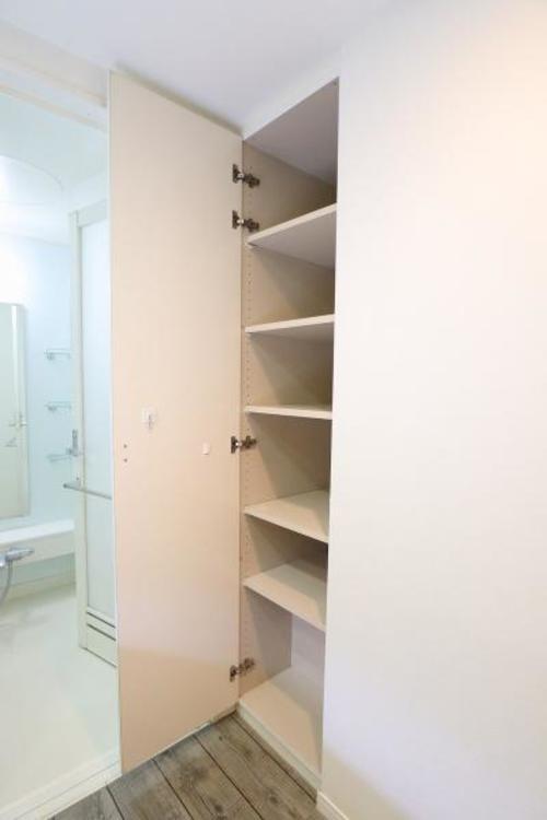洗面室には収納棚が完備されており、ちょっとした物の置き場所にも一切困りません♪
