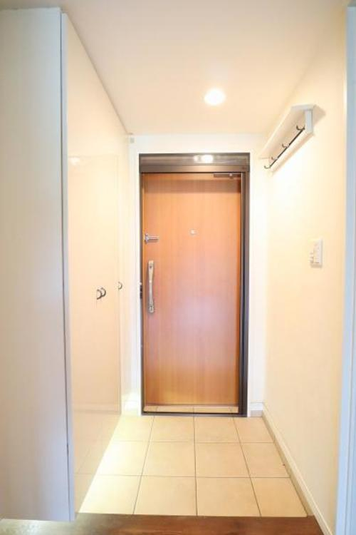 玄関の下駄箱の収納スペースはとても充実しています♪お洋服を掛けるフックも完備されていますので使い勝手がもの凄く良いです♪