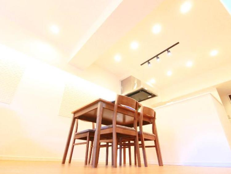 ダウンライトが設置済みで、温かな空間となっております。