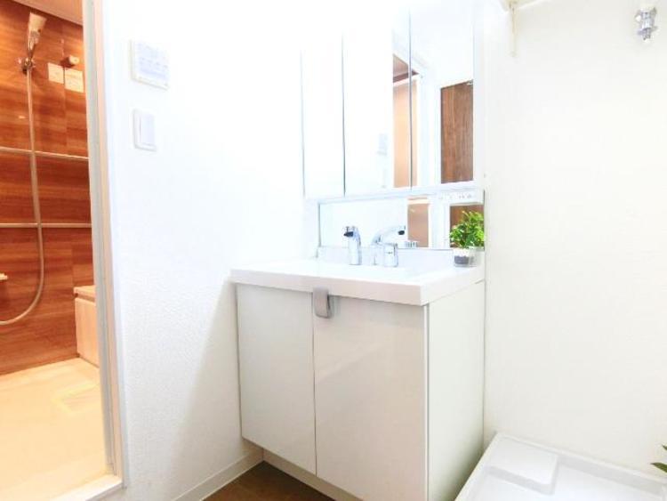朝の支度にも便利な三面鏡付きの洗面台です。