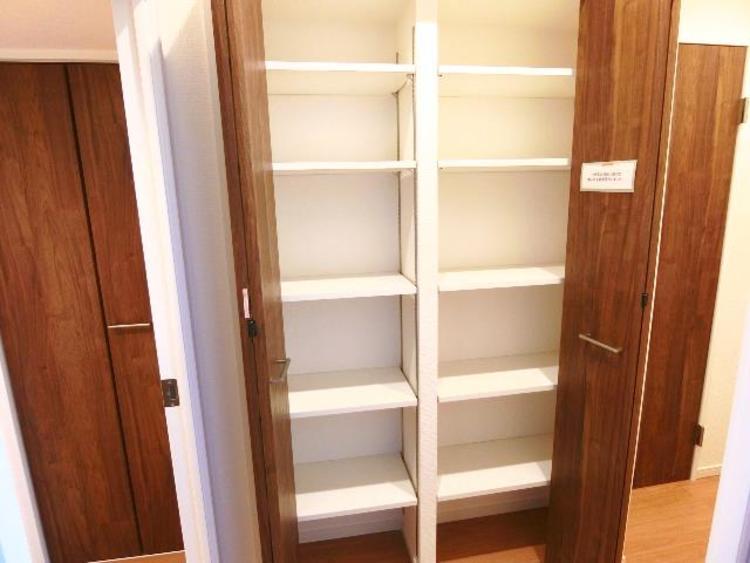 廊下にも収納スペースがございます。細々した物もすっきりと整理整頓できそうですね。