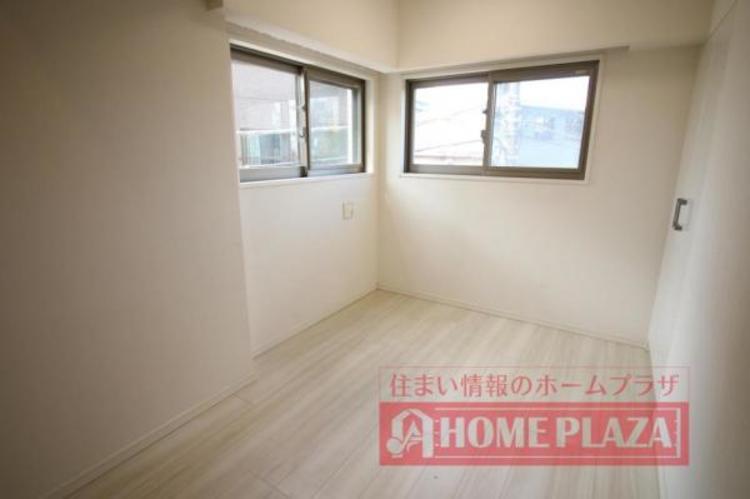 窓が腰高窓なので、下に家具などを置けるます。明るさ・通風・家具設置を考慮した便利な窓です。