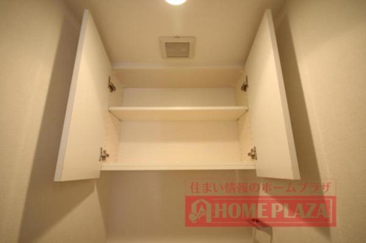 トイレには扉付きの棚があり、ここにトイレットペーパーやお掃除道具等を収納できるので便利です。