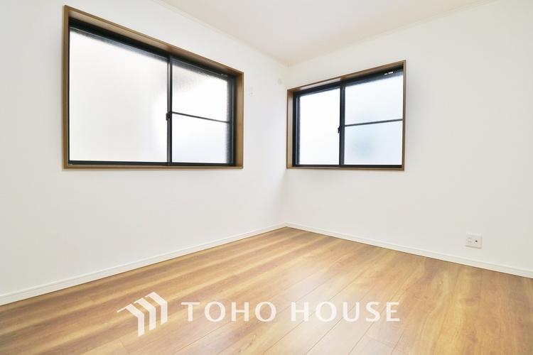 「2F・居室」居室に窓が2ヶ所あるので、明るさの確保と、風の通り道ができることで換気のしやすいお家になっています。